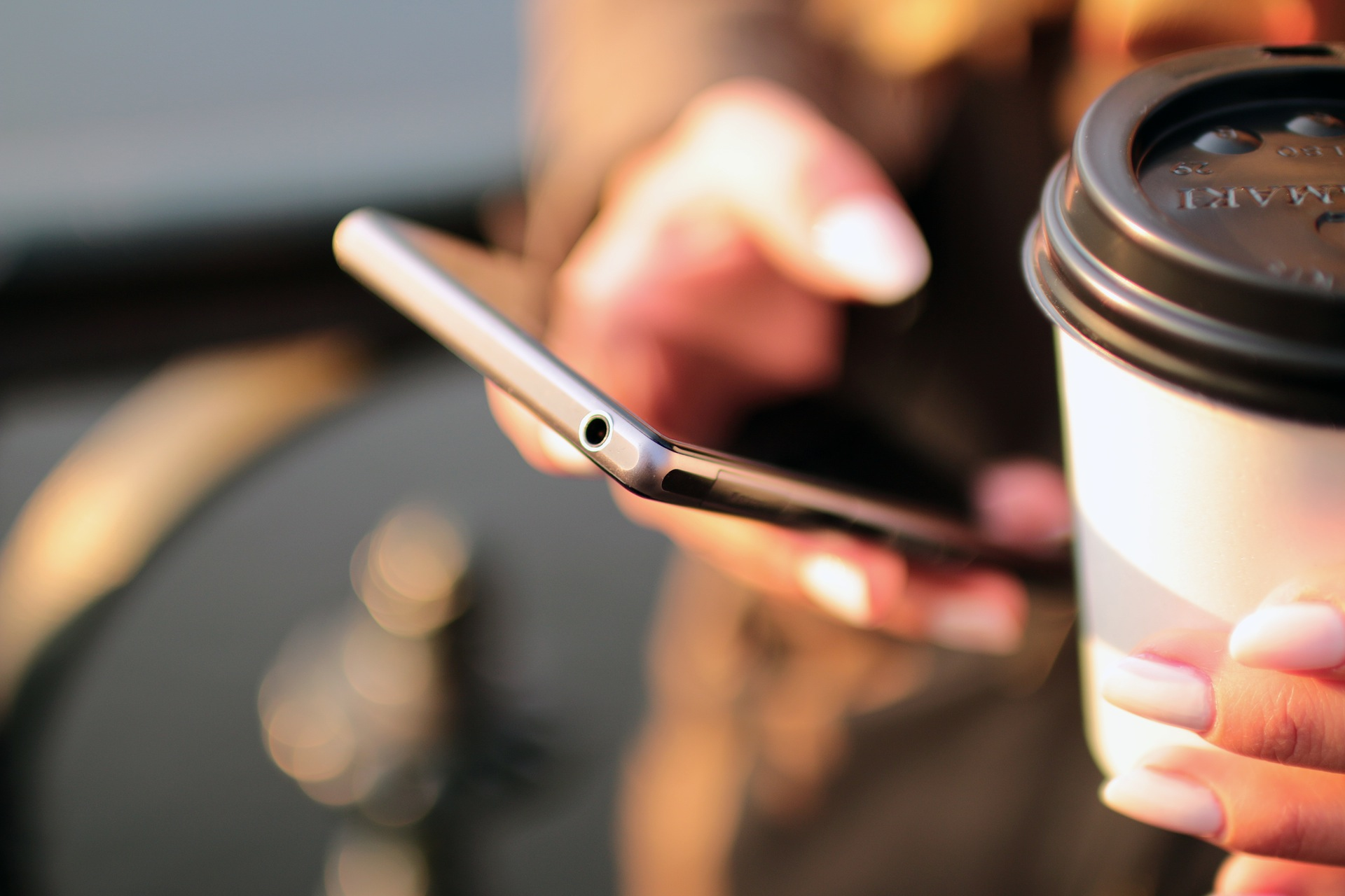 hands-coffee-smartphone-technology (1)